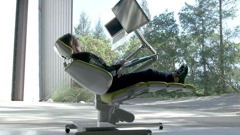 Jak pracować przy komputerze leżąc? Altwork Station ocali przed chorobami kręgosłupa