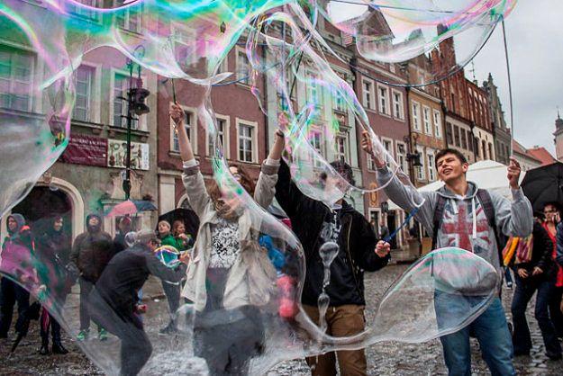 Wielkie puszczanie baniek mydlanych na Starym Rynku w Poznaniu