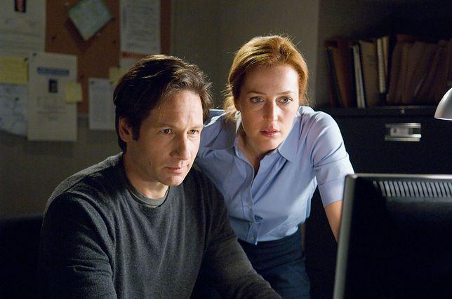 """David Duchovny i Gillian Anderson na planie kultowego serialu """"Z Archiwum X"""""""