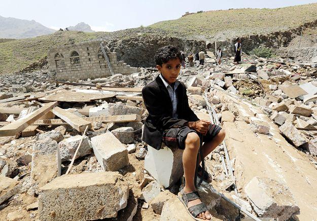 Zniszczenia po jednym z nalotów, za którymi miał stać Rijad; 11 sierpnia
