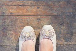 Styl vintage - pewna siebie kobieta nosi ciekawe buty