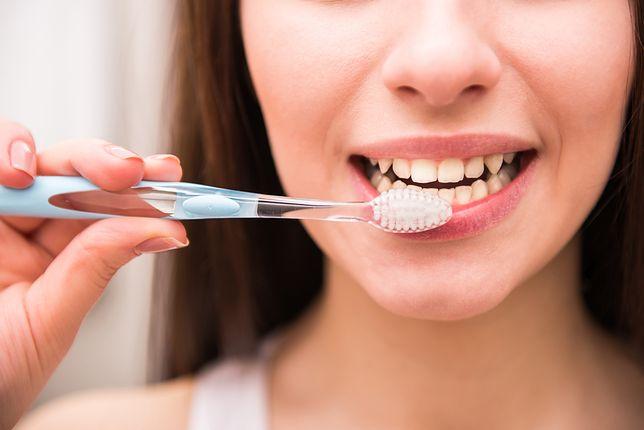 Możliwe, że większość Polaków źle myje zęby. Dlaczego?