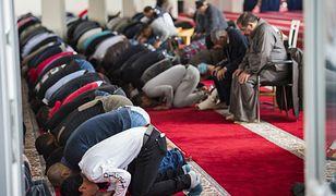 Niemieccy muzułmanie na piątkowej modlitwie w jednym z meczetów w Berlinie