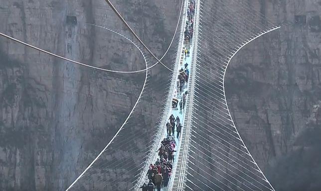 Chińczycy biją własne rekordy. Najdłuższy na świecie szklany most otwarty dla zwiedzających