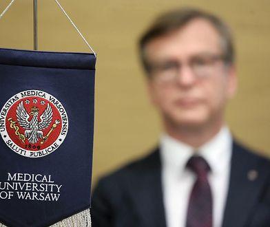 Warszawa. Proporczyk z logiem Warszawskiego Uniwersytetu Medycznego.