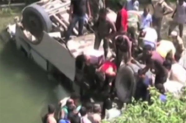 Autokar wpadł do rzeki w Indiach. Zginęło 16 osób, 17 jest rannych