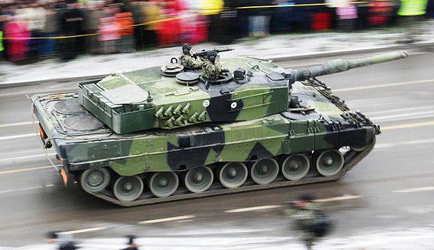 Leopard 2A4 należący do fińskich sił zbrojnych; 2009 rok. Wojsko czeka wkrótce modernizacja, mimo gospodarczych kłopotów