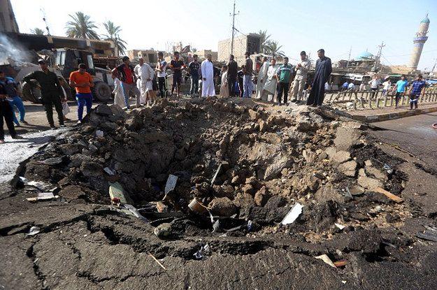 Zniszczenia po ataku bombowym IS na Chan Bani Saad w Iraku