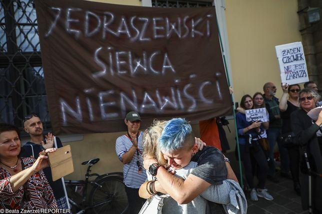 """""""Jędraszewski siewca nienawiści"""". Protest sympatyków i środowisk LGBT"""