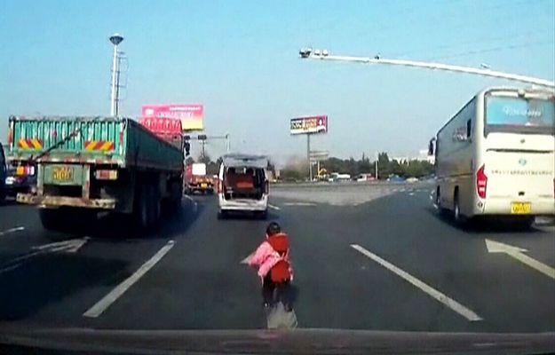 Mały chłopiec wypadł z samochodu na środku ulicy. Kierujący autem dziadek niczego nie zauważył