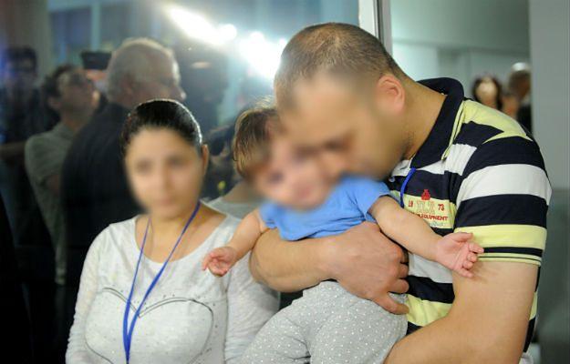 Syryjscy uchodźcy na lotnisku Okęcie w Warszawie