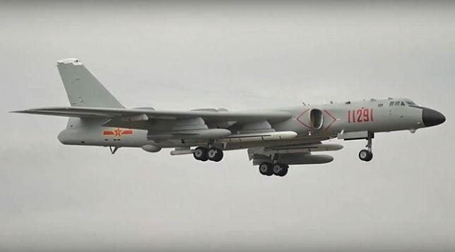 Chiński bombowiec Xian H-6N przenosił tajną broń? Wideo trafiło do sieci