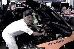 Przygotowali pieczeń na... silniku Lexusa IS-F