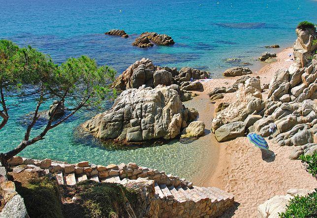 Na Costa Brava znajdziemy zarówno długie, piaszczyste plaże, jak i ukryte zatoki