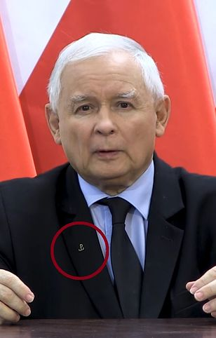 """Jarosław Kaczyński w klapie marynarki nosi emblemat """"Polski Walczącej"""""""