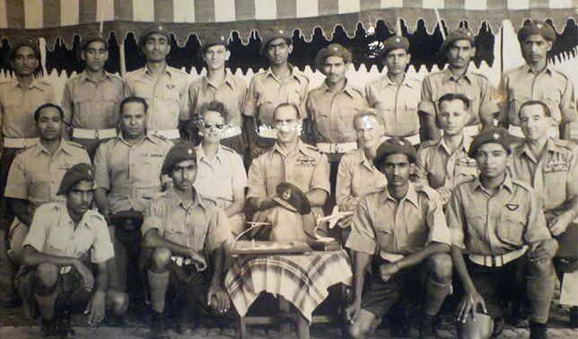 Władysław Turowicz (drugi od prawej w środkowym rzędzie) i Zofia Turowicz (trzecia od lewej) z oficerami i kadetami w Pakistanie w 1954 r.
