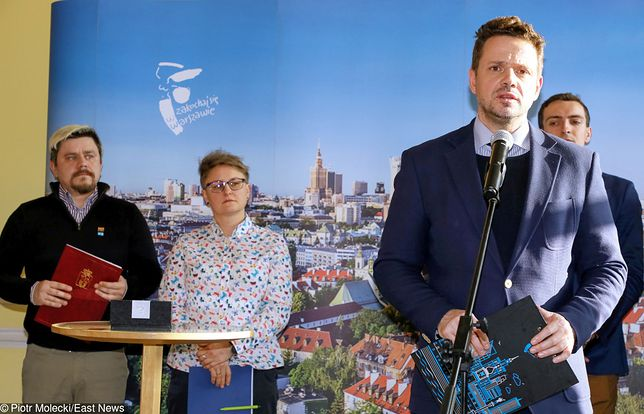 Podpisanie deklaracji na rzecz spolecznosci LGBT+ w Warszawie z udziałem prezydenta Warszawy Rafała Trzaskowskiego ( przy mikrofonie).