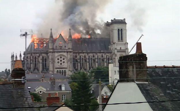 Gigantyczny pożar w Nantes. Spłonął dach bazyliki