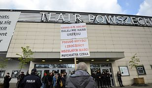 """Publiczny różaniec przeciwników spektaklu """"Klątwa"""" przed Teatrem Powszechnym w Warszawie, zdjęcie z 30 kwietnia"""