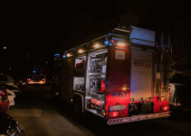 Śląskie. Działania przy pożarze budynku wielokondygnacyjnego w Jaworznie prowadziły zastępy straży pożarnej, a także pogotowia gazowego, policji oraz straży miejskiej.