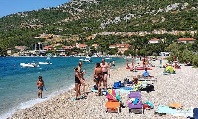 Turyści na plaży Zamošće w małej miejscowości Kučište. W dużych miastach jest jeszcze więcej ludzi