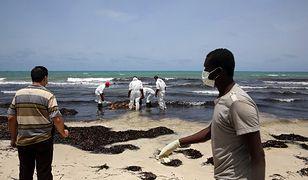 Służby libijskiego Czerwonego Półksiężyca zbierają z wybrzeży zwłoki imigrantów