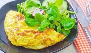 Omlet z żółtym serem na śniadanie, obiad lub kolację