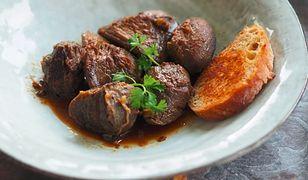 Gęsie żołądki w czerwonym winie. Sposób na niedoceniane mięso