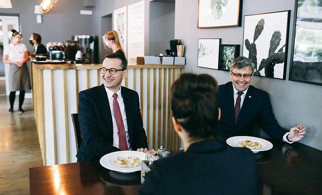 Zdjęcia premiera z restauracji wywołały w sieci burzę