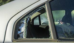 Wybite okno, porysowany lakier, wgniecione drzwi? Nawet jeśli to wina pasażera, możemy domagać się naprawy z OC kierowcy
