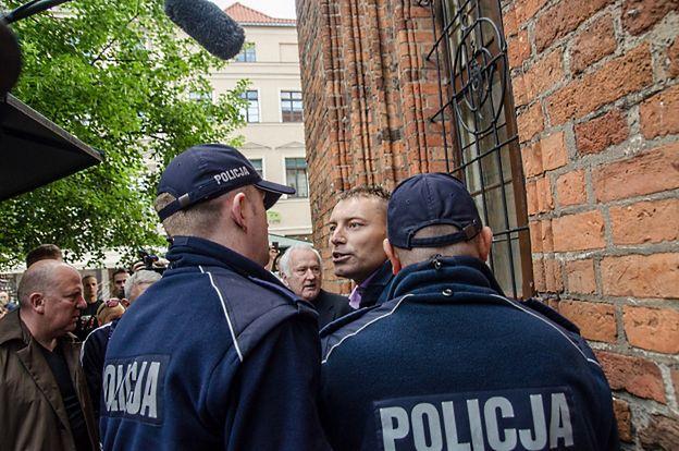 Mężczyzna, który zakłócił wiec Bronisława Komorowskiego, chciał wręczyć ulotki