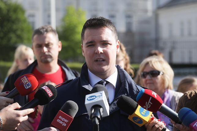Łukasz Rzepecki na konferencji prasowej przed Pałacem Prezydenckim