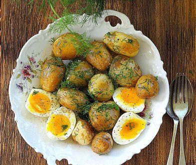 Młode ziemniaki z jajkiem, koprem i olejem konopnym