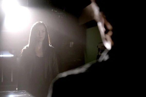 Pamiętniki wampirów sezon 7, odcinek 8: Do szpiku kości (Hold Me, Thrill Me, Kiss Me, Kill Me)