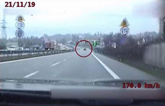 Kraków. Uciekał przed policją 170 km/h. W trakcie pościgu już dzwonił do adwokata