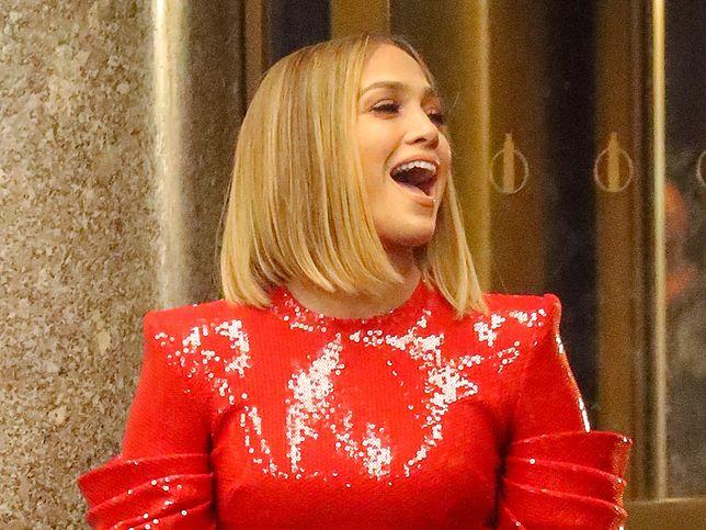Jennifer Lopez ubrała bardzo obcisłą sukienkę. Wygląda pięknie, ale nie może się ruszać