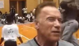 """Arnold Schwarzenegger zaatakowany w Afryce. """"Cieszę się, że ten idiota nie przerwał mi Snapchata""""."""