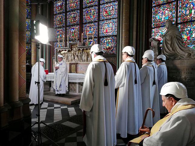 Poruszające zdjęcia z Notre Dame. Księża odprawili Mszę św. w kaskach