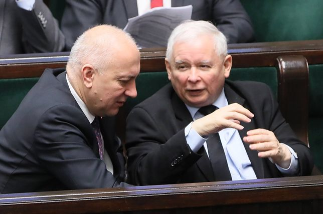 """""""Kontroluje sytuację w partii i w Polsce"""". Kaczyński wraca do gry"""