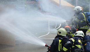Police. Pożar przy ulicy Batorego. W akcji udział wzięło sześć zastępów straży pożarnej