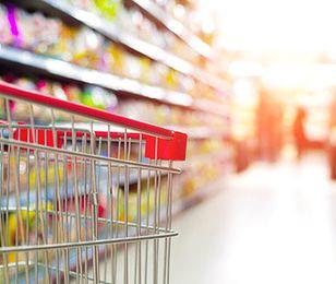 Zniknęło 30 tys. tradycyjnych sklepów spożywczych. Dziś zakupy łączą się z kawą i hot-dogiem