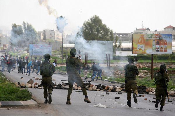 Izraelscy żołnierze kontra demonstranci na Zachodnim Brzegu Jordanu