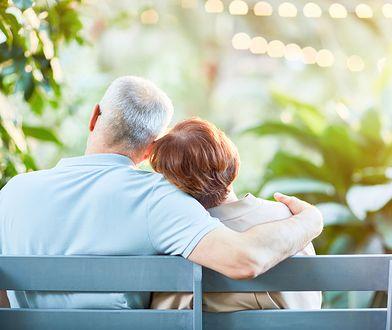 Seniorzy przeżywają drugą młodość. Ale nie pamiętają, że prezerwatywa chroni nie tylko przed ciążą
