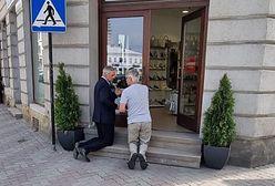 Poseł modlił się na schodach sklepu. Mówił o fałszywych prorokach