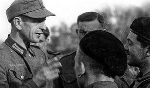 Polak wcielony do Wehrmachtu rozmawia z żołnierzami 1 Dywizji Pancernej gen. Maczka, sierpień 1944 r. w Normandii
