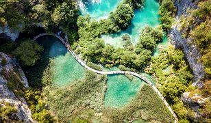 Między tarasowo usytuowanymi jeziorami znajdują się szlaki turystyczne