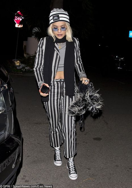 Rita Ora w ubraniu przypominającym pasiak