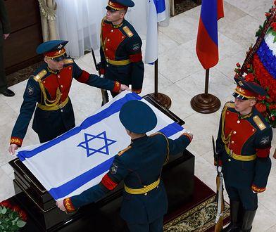 Rosyjscy żołnierze nad trumną z ubraniem zaginionego Izraelczyka