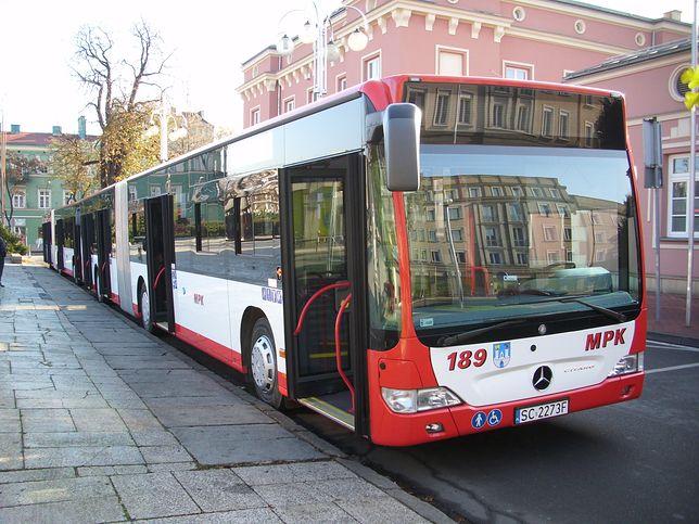 Do wypadku doszło, ponieważ rowerzysta zajechał drogę autobusowi