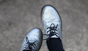 Błysku stylizacji mogą dodać niebanalne lśniące buty